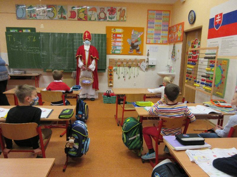 Práve prezeráte fotografiu z galérie: Mikuláš chodil po škole...